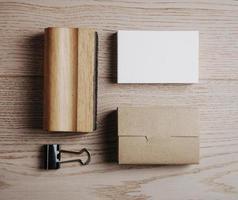 ovanifrån av kontorselement på träbakgrunden. fyrkant foto