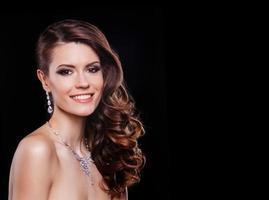vacker mode modell med perfekt smink bär smycken foto