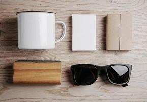 toppvy av kontorselement, solglasögon på trä foto