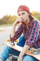 mode livsstil, vacker ung kvinna med skateboard
