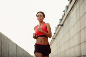 kvinna som tränar i en urban miljö foto