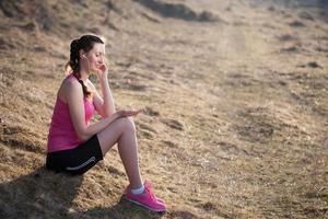 kvinna lyssnar på mp3-spelare foto