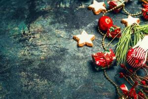 vintage jul bakgrund med röd dekoration och kakor, horisontella foto