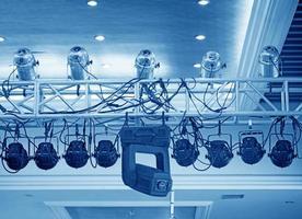 studiobelysningsutrustning högt över en utomhus teatralisk perfo foto