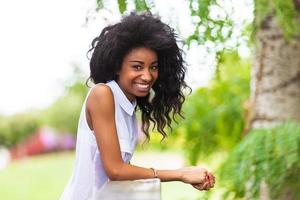 utomhus porträtt av en tonårs svart flicka - afrikanska människor foto