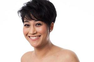 skönhet porträtt av asiatisk kvinna på vit bakgrund foto