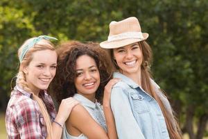 glada vänner i parken foto