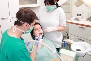 tandläkare som undersöker tänderna foto