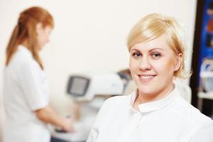 ögonläkare eller optometristarbetare foto