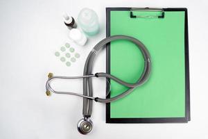 medicinsk urklipp och stetoskop isolerad på vit bakgrund. foto