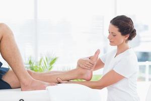 fysioterapeut som gör benmassage foto