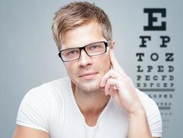 stilig man som bär glasögon