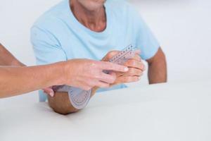 läkare mäter arm med goniometer foto