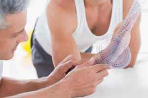 läkare mäter handleden med goniometer foto