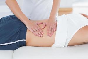 fysioterapeut som gör ryggmassage foto