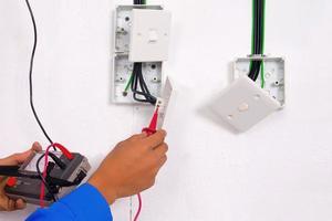 elektriker gör testet foto