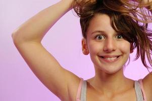 ung flicka som testar ny frisyr foto