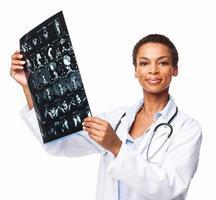 afrikansk amerikansk kvinnlig radiologekspert som håller röntgenstråle - isolerad foto