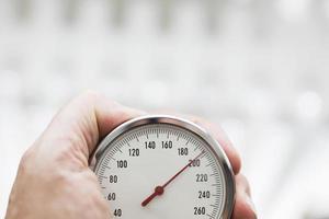 handinnehav sphygmomanometer på nära håll foto