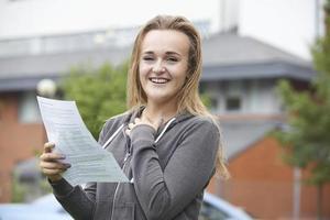 tonårsflicka nöjd med bra examensresultat foto