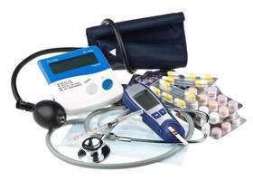olika färgpiller och medicinska verktyg foto