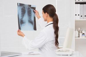 fokusläkare som analyserar röntgenresultat foto