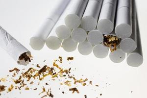 hög med cigarett foto