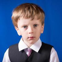 porträtt av blondinpojken med blå ögon foto