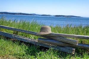 split rail staket med hatt på vattenfronten foto