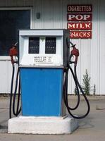 gammaldags bensinpump foto