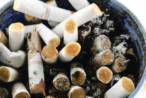 närbild skott av brända cigarettstumpar foto