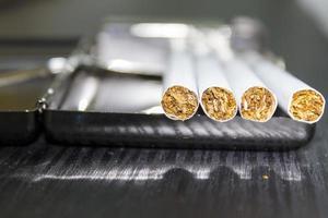 cigarett och fodral foto