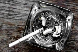 cigarett och askfat foto