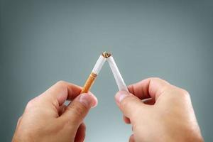 bryta en cigarett foto