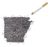 aska formad som arkansas och en cigarett. (serie) foto