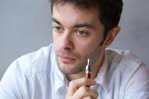 ung man röker ångcigarett foto
