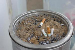 askfat med cigarett foto