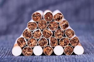 närbild foto av cigaretter på en jeans bakgrund