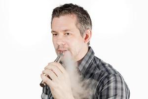 man röker ecigarett foto