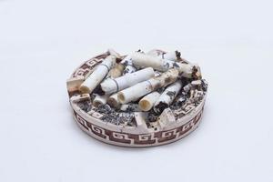 många cigaretter i ett askfat foto