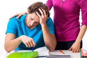 utmattad student som stöds av vän foto