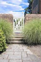 stenväg till trädgårdsgrinden foto