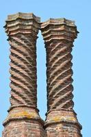 två elizabethanska skorstenar foto