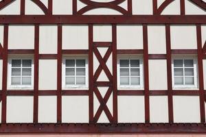 byggnad med träbjälkar foto