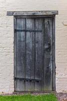 gamla tudor trähus bakdörr antik medeltida foto