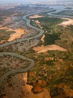 Flygfoto över floden med havet foto
