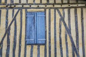 gammal vägg med nära fönsterluckor foto