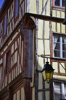 medeltida byggnad med lampa i dinan foto
