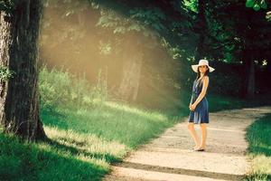 attraktiv ung vuxen kvinna i utomhusblå klänning foto