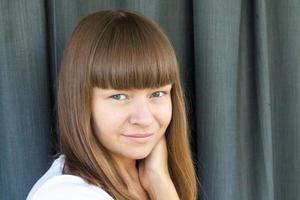 porträtt av en ung kvinna med lugg foto